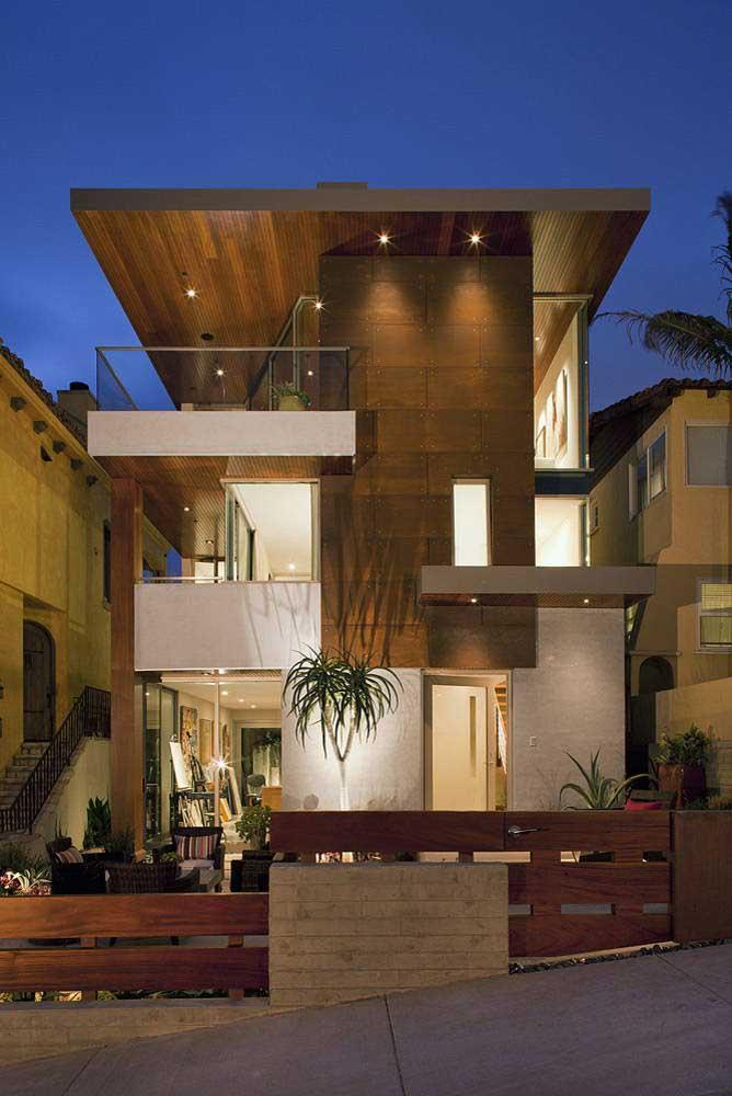 A frente dessa casa cheia de volumes apostou no uso da madeira para se destacar