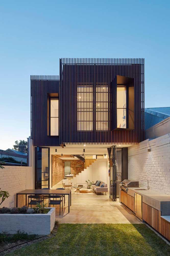 A madeira também integra esse projeto de casa, mas apenas no pavimento superior
