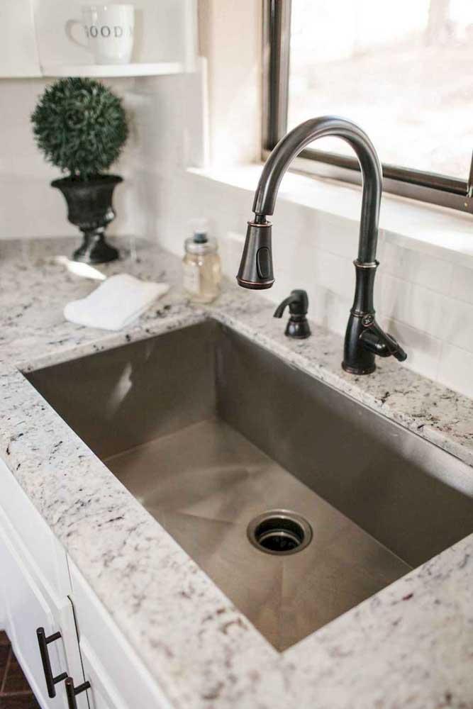 O banheiro minimalista ficou perfeito com a escolha do granito branco