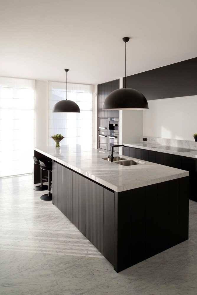 A cozinha em estilo moderno ficou ainda mais bonita com as bancadas em granito branco