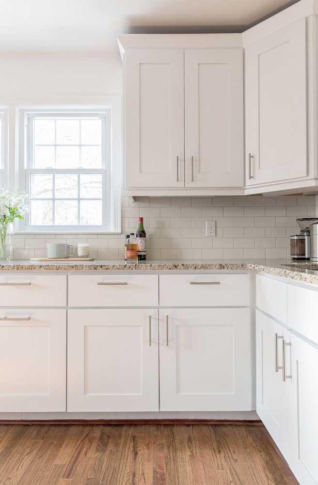Granito branco Marfim para a cozinha clean com armários brancos