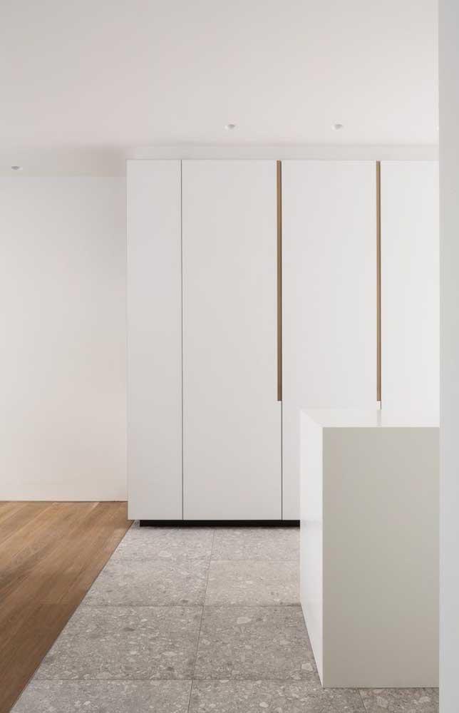 Aqui, o granito branco foi a escolha para o revestimento do piso; opção muito resistente e de baixa absorção de líquidos