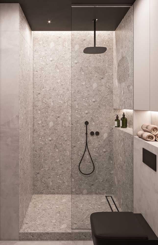 Box do banheiro em granito branco, tanto nas paredes, quanto no piso