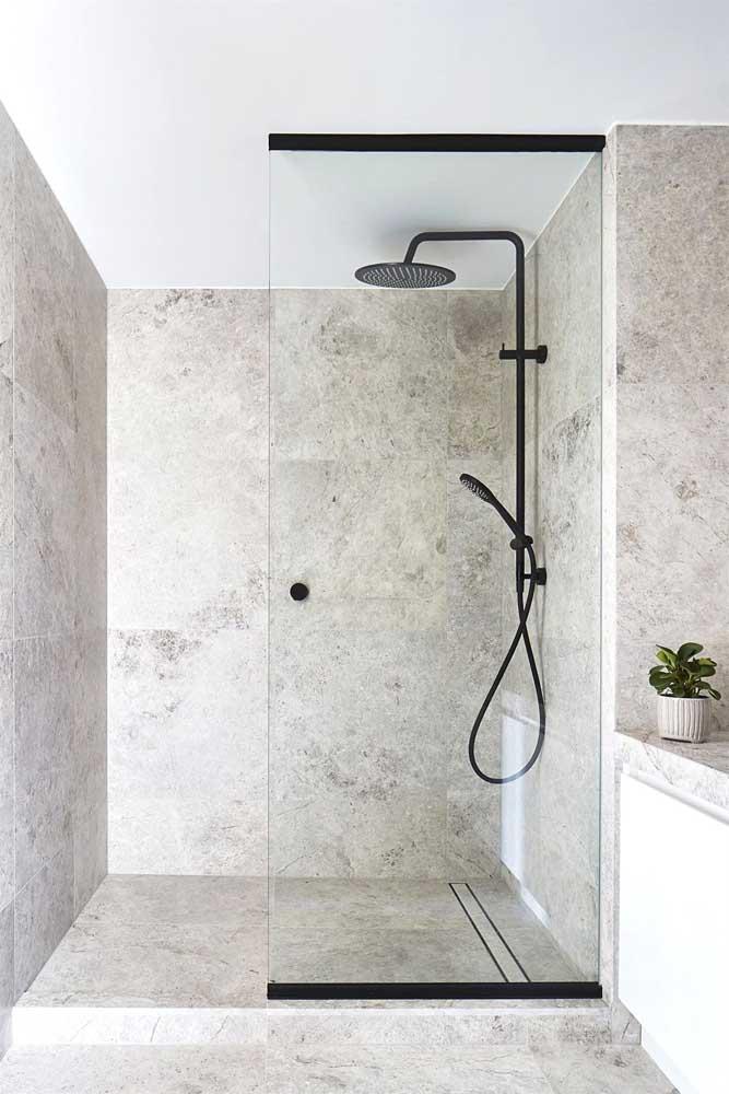 O granito branco traz sofisticação ao banheiro a um preço muito mais acessível do que o mármore, por exemplo