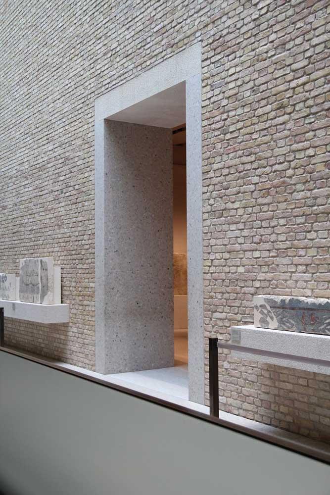 Fachada da entrada revestida com granito branco