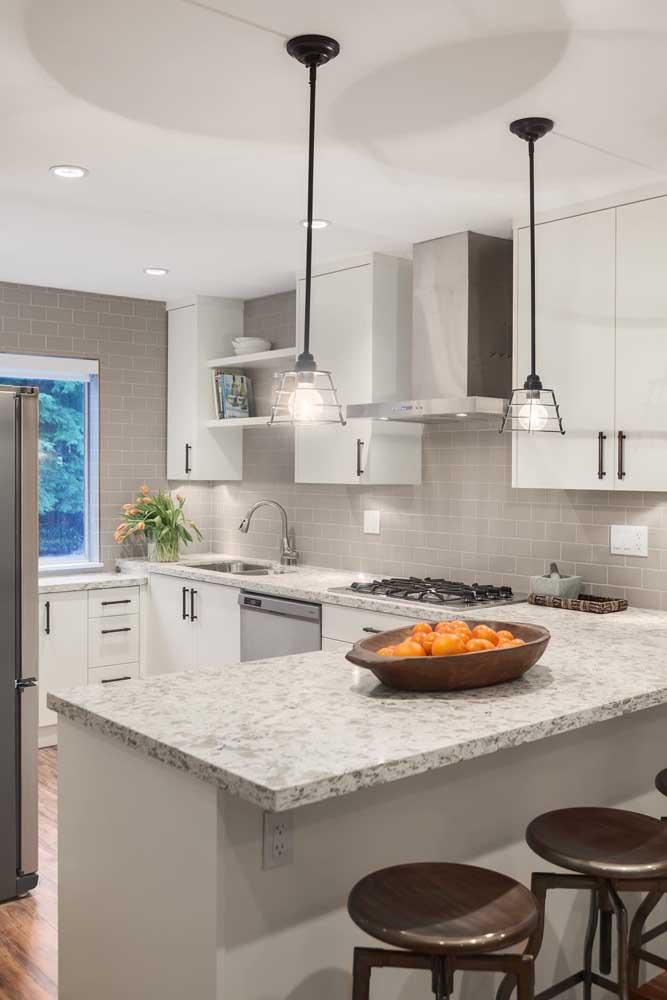 Cozinha americana em L, com balcões em granito branco