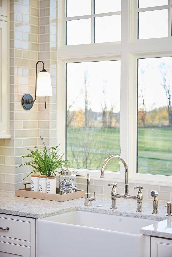O granito branco ajuda na propagação de luz natural dos ambientes