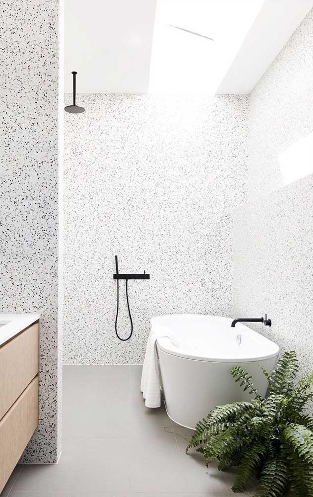 Granito branco Polar para revestir o banheiro moderno e clean
