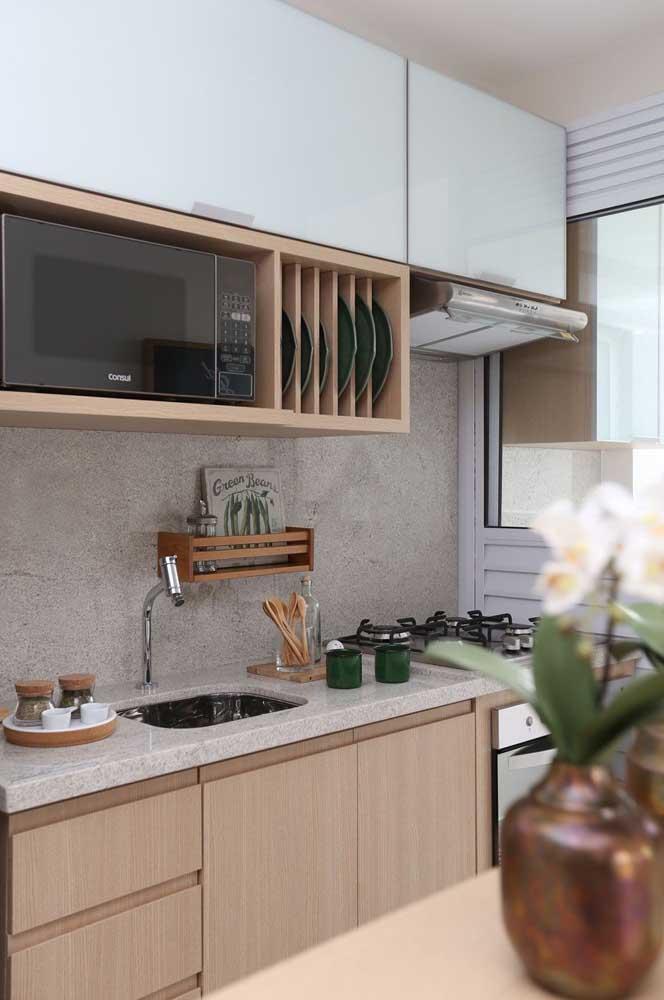 Para esta cozinha, o granito branco foi aplicado nas bancadas e na parede da pia e do fogão