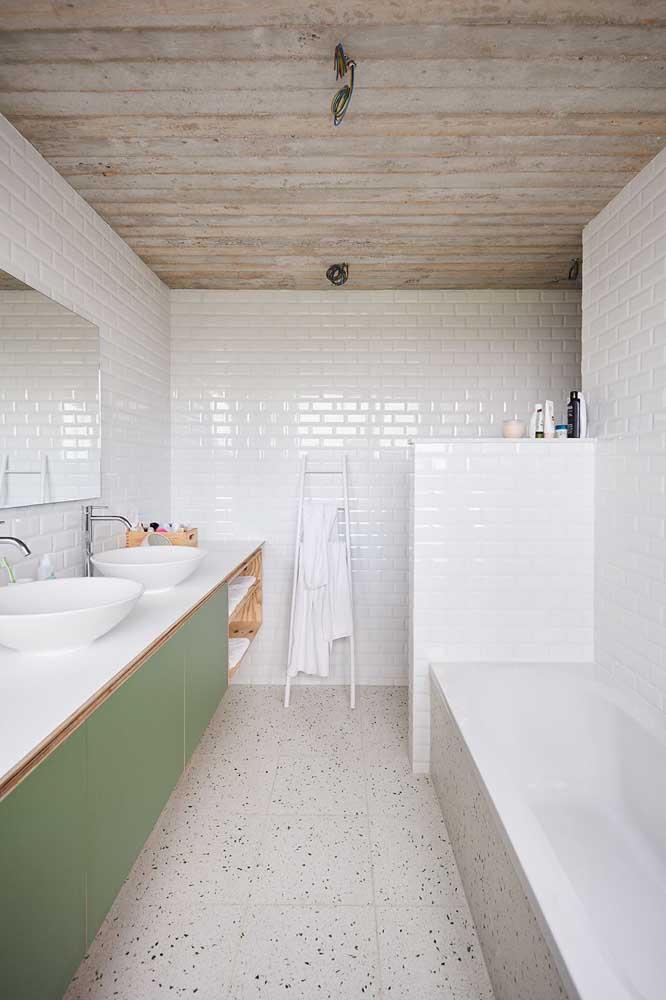 Banheiro moderno com piso de granito branco