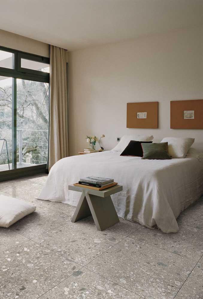 O quarto ficou convidativo e elegante com o piso em granito branco
