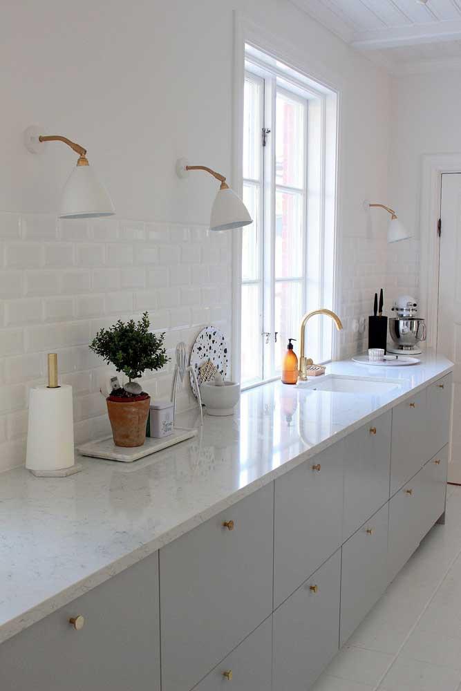 A cozinha ficou ainda mais clean com a escolha do granito branco para a bancada da pia