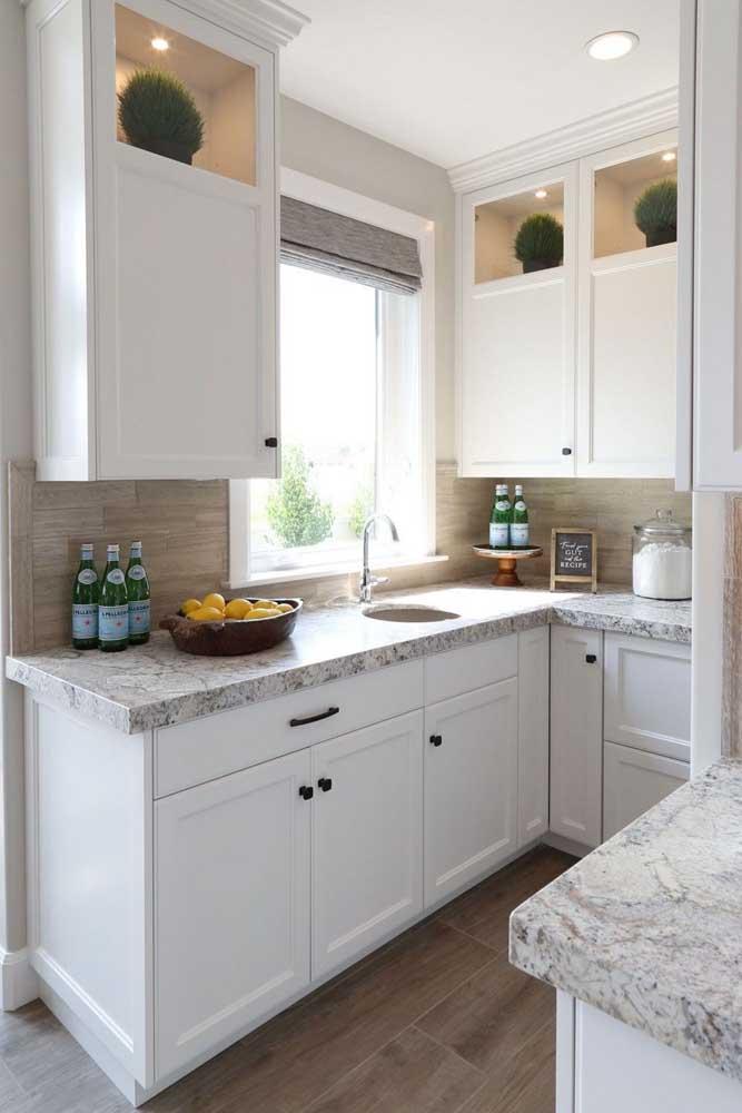 Ambientes de estilo clean ficam ótimos com granito branco, assim como esta cozinha