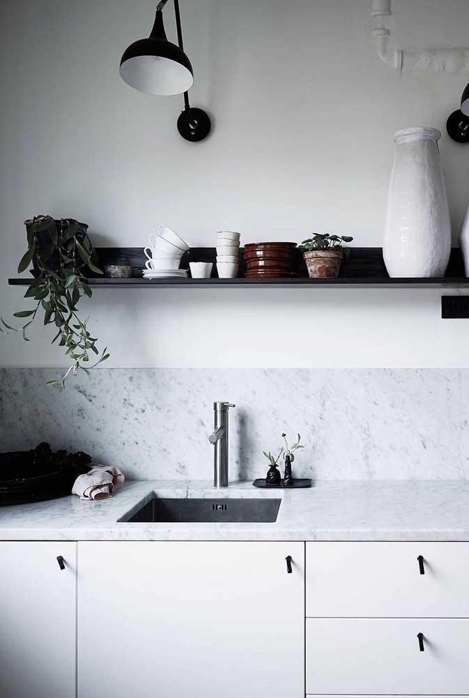 Granito branco na bancada de pia e na parede