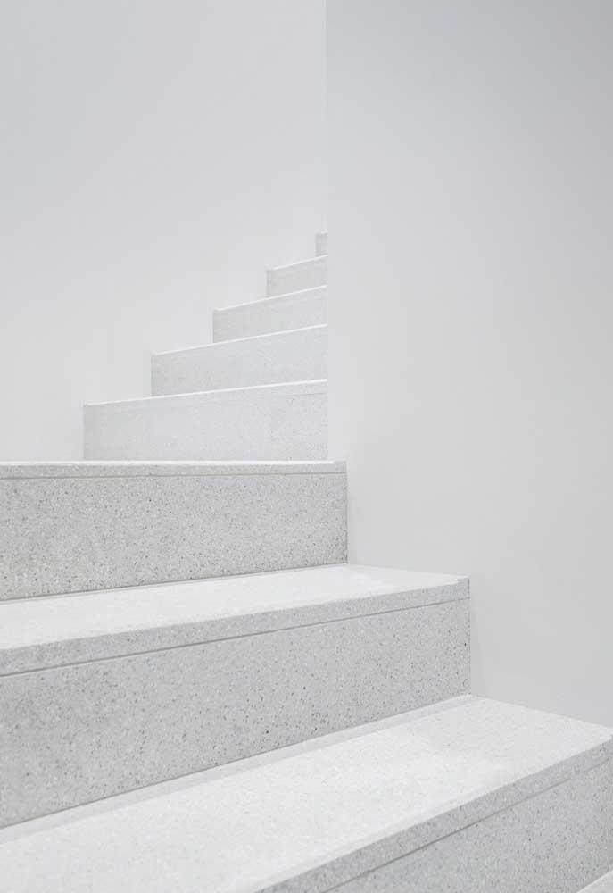 Escada em granito branco com acabamento fosco para garantir a segurança