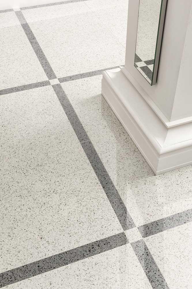 A escada super diferente ganhou espaços em granito branco intercalado com peças maiores de granito cinza