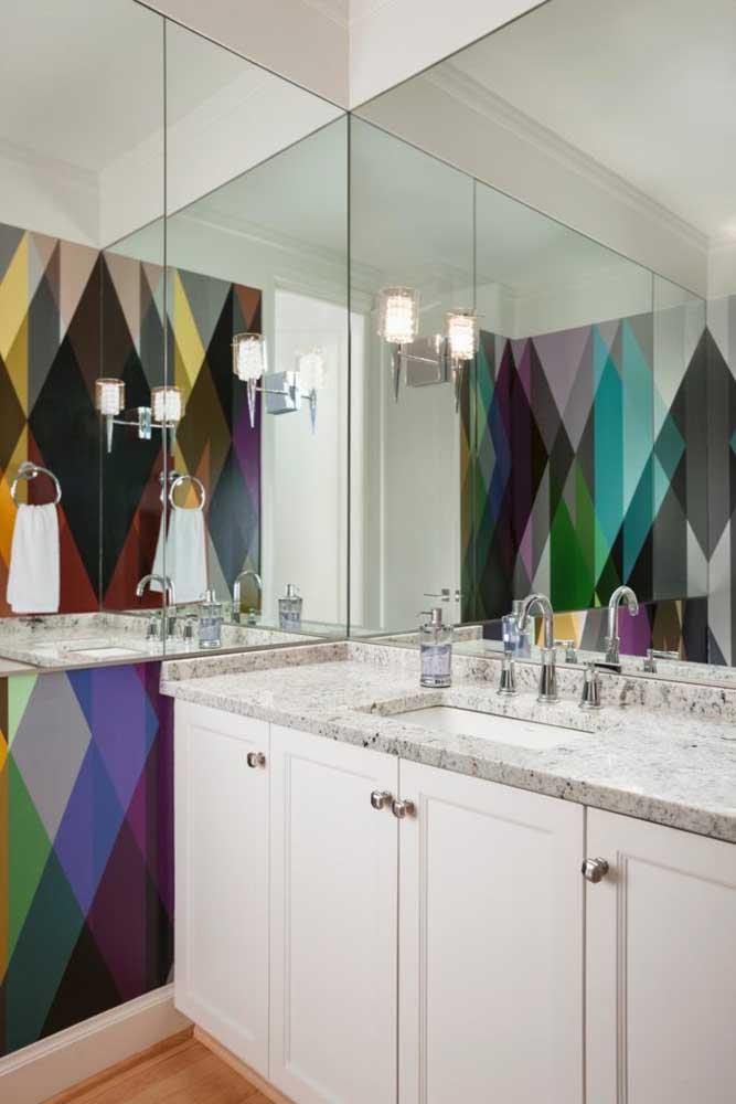 O banheiro moderno ganhou uma bancada da pia em granito branco