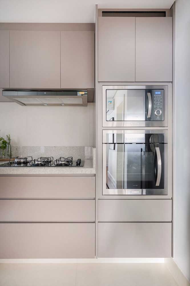 Os móveis sob medida da cozinha combinaram com o granito branco para a bancada