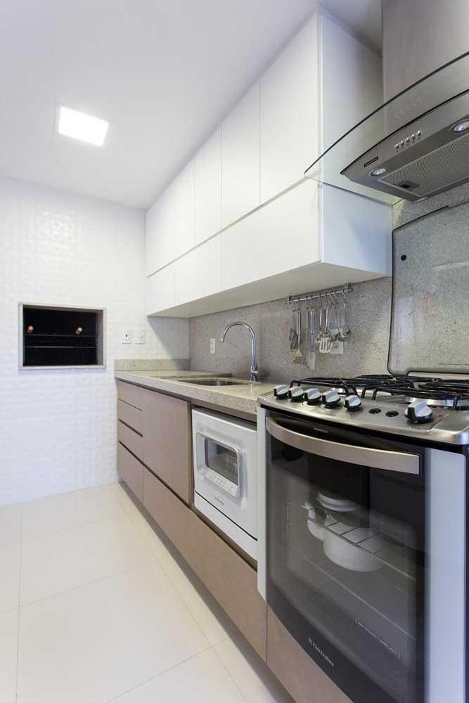 Mais uma inspiração de cozinha com bancada em granito branco; perceba que a pedra vai muito bem com armários de tons claros e neutros