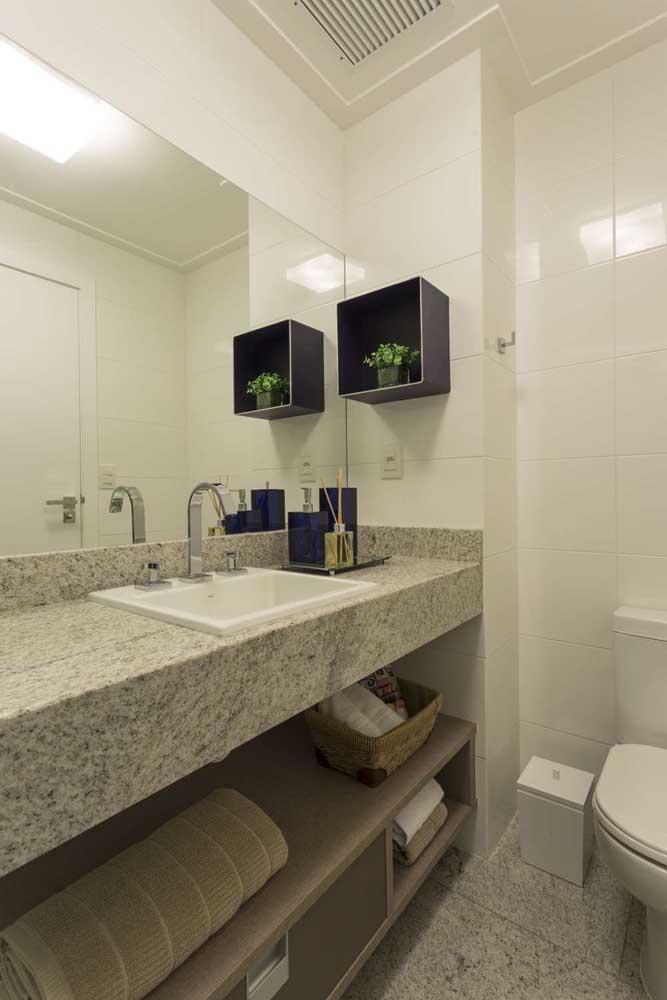 Banheiro com pia em granito branco Marfim, com tonalidade mais puxada para o bege
