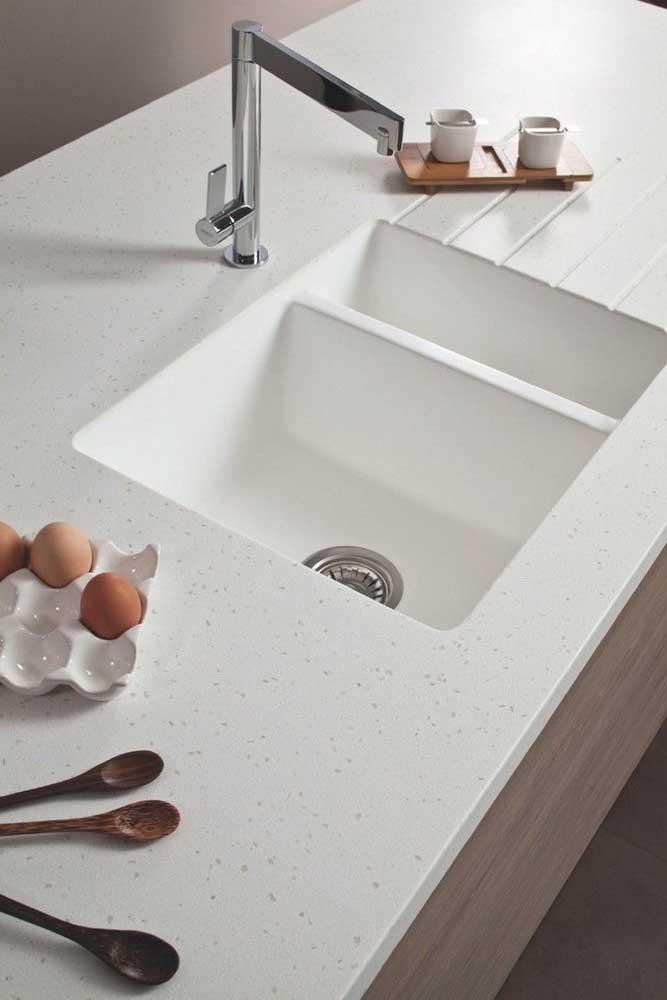 Pia da cozinha em granito branco com leves pontos em cinza na pedra