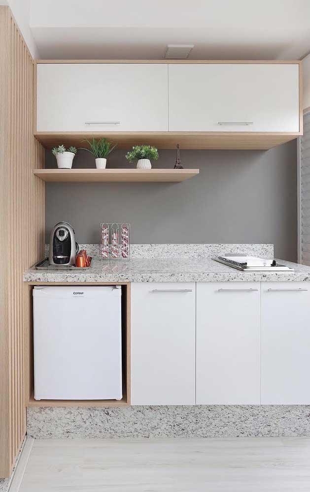 Cozinha pequena e clean com bancada e rodapé em granito branco