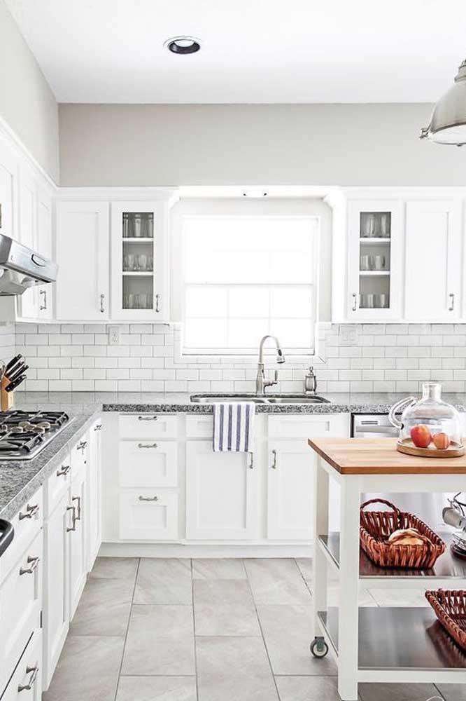 Granito branco para o revestimento das bancadas dessa cozinha de marcenaria clássica