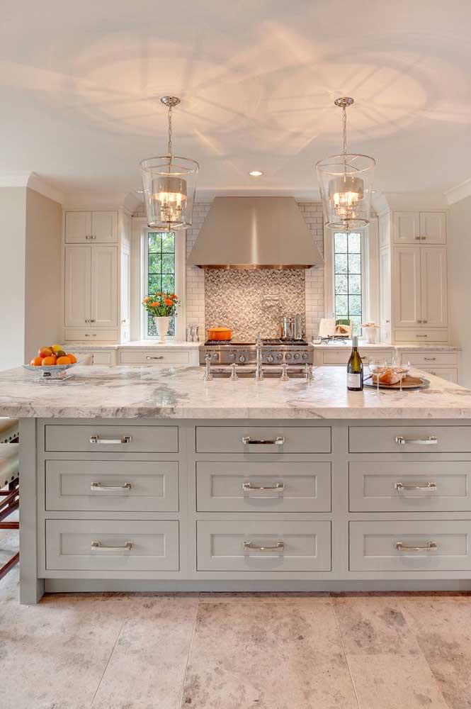 Ilha de uma cozinha clássica e elegante com tampo em granito branco Itaúnas