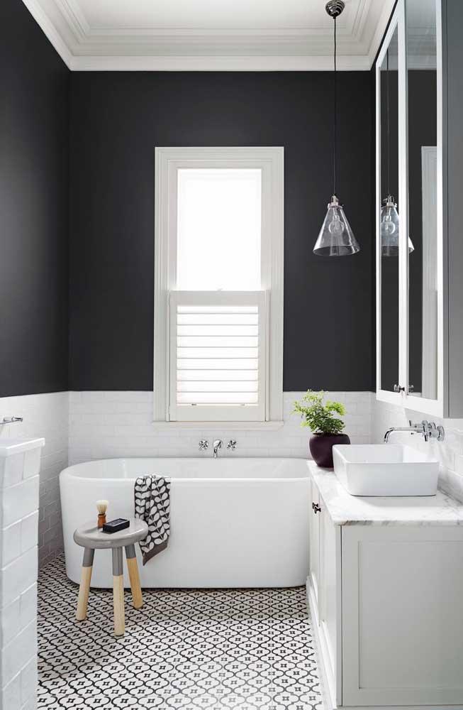 A pequena pia do banheiro foi valorizada com o granito branco