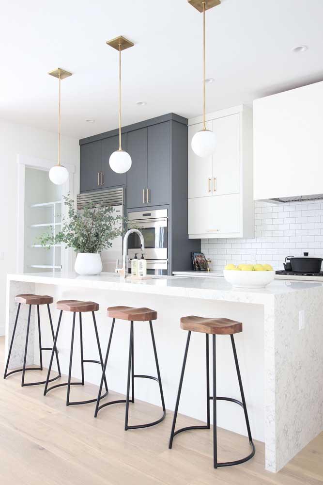 Cozinha americana moderna com bancada em granito branco