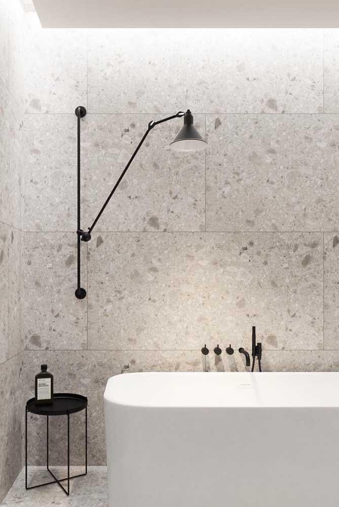 As paredes do banheiro moderno ganharam peças de granito branco Aqualux