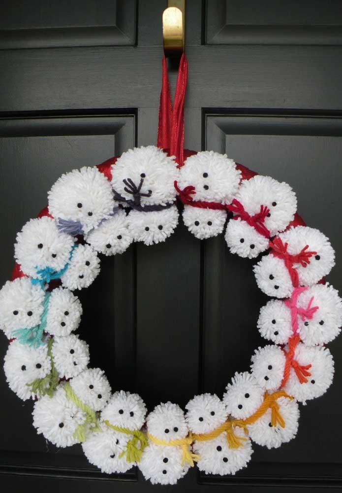 Uma fofura essa guirlanda de natal! Repare que os bonequinhos de neve foram produzidos com lã