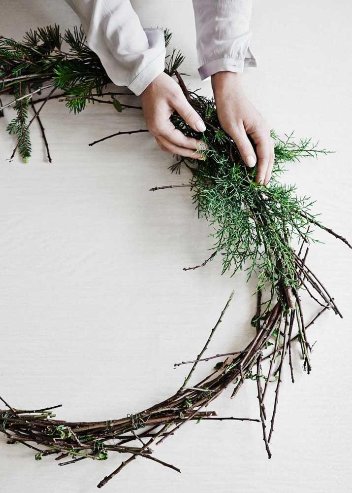 Se você prefere seguir o caminho tradicional de fazer guirlandas vai precisar de galhos secos para o arco