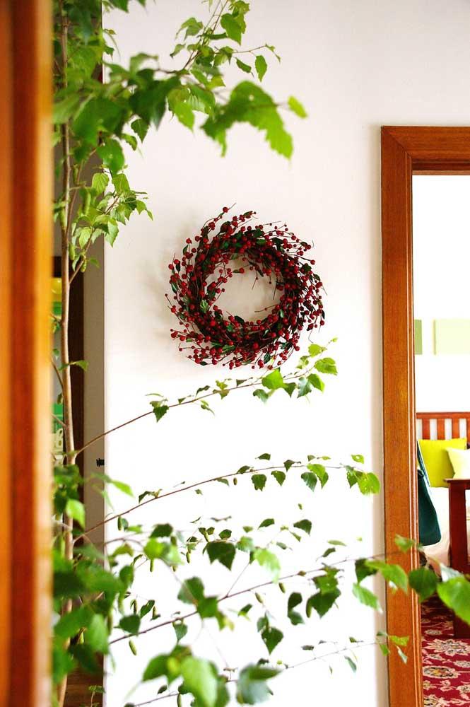 Guirlanda de natal com flores vermelhas para decorar a parede interna da casa
