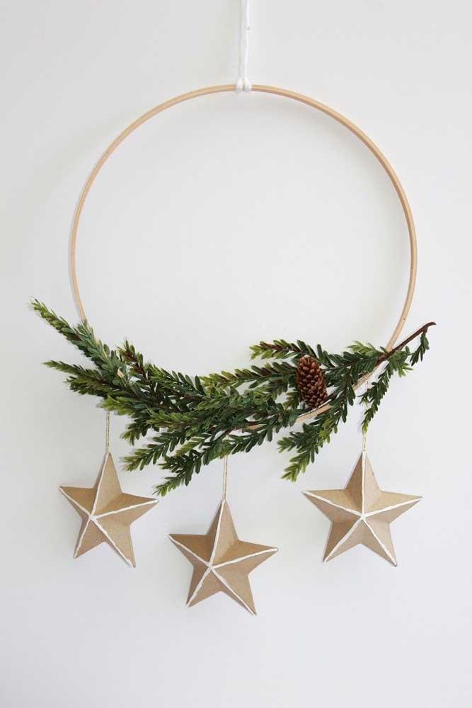 Guirlanda de natal simples decorada com galho natural e estrelas de papel