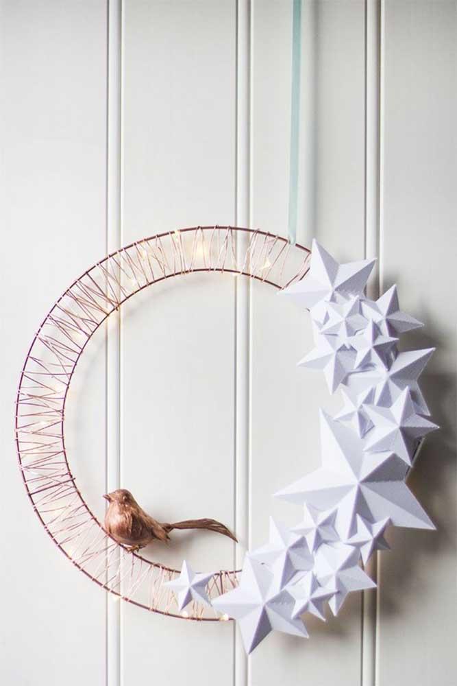 Modelo moderno e minimalista de guirlanda de natal; fios de arame se ligam às luzes de LED, para decorar, flores de papel