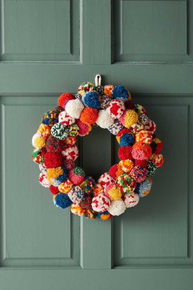 Mais uma inspiração de guirlanda de natal feita com pompons de lã; só que dessa vez mais colorida e divertida