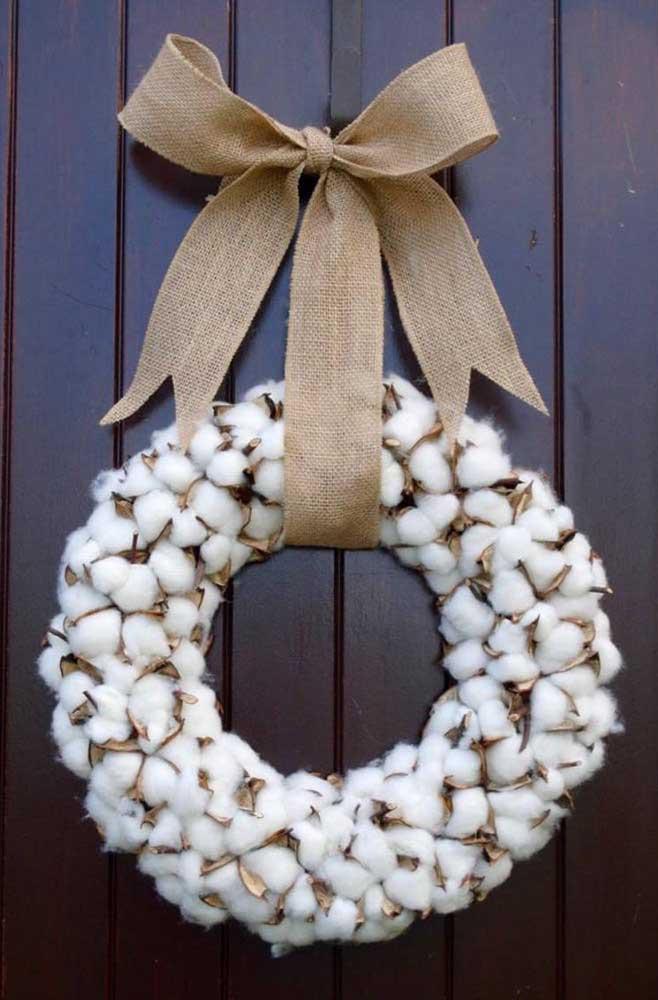 Já pensou em usar algodão para fazer a guirlanda de natal? Veja que efeito delicado e ao mesmo tempo rústico