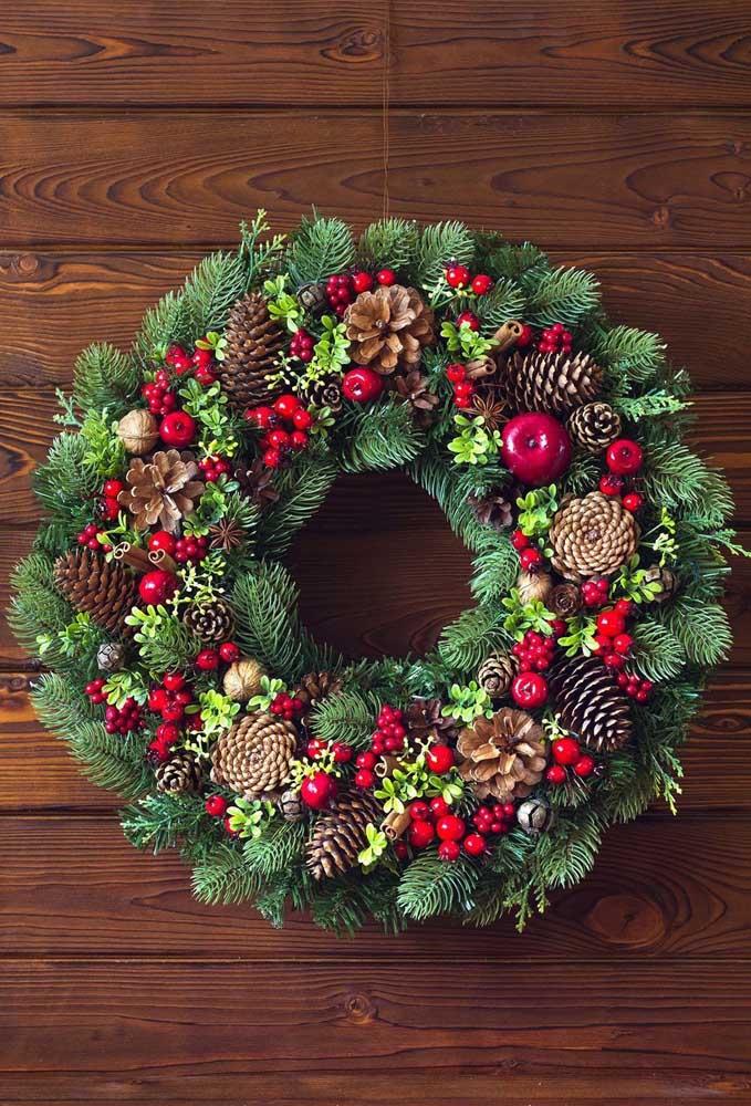 Volumosa e bem decorada, essa guirlanda de natal é perfeita para quem busca uma decoração mais tradicional