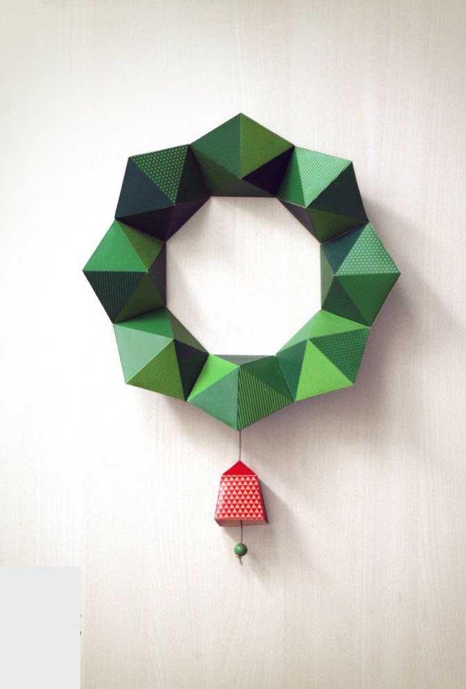 Guirlanda de natal moderna feita em papel; destaque para o efeito 3D da peça
