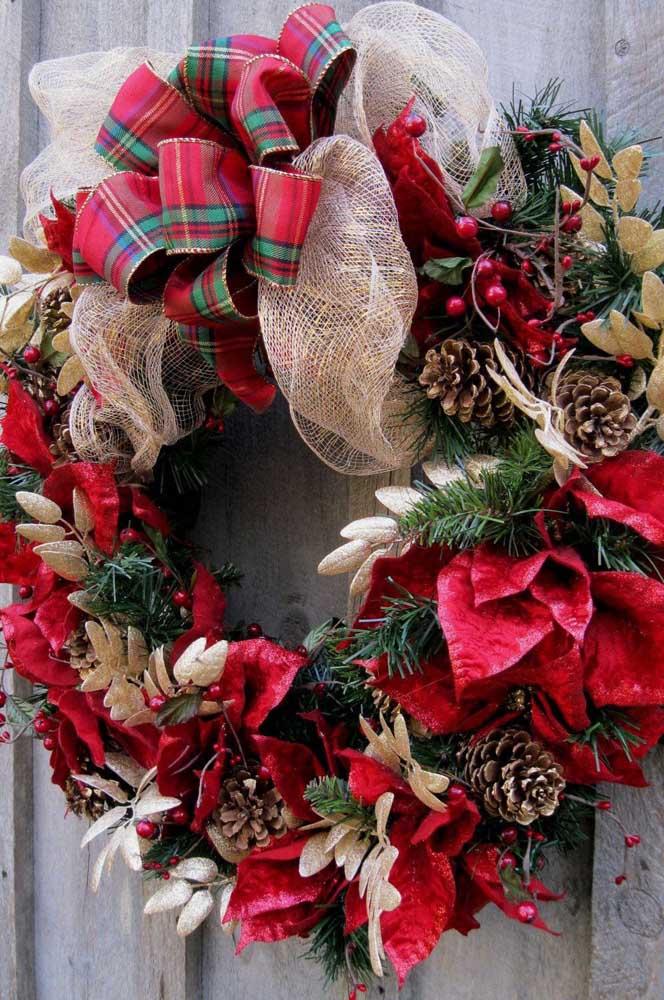 Essa guirlanda aqui é para quem ama uma decoração de natal cheia de elementos típicos
