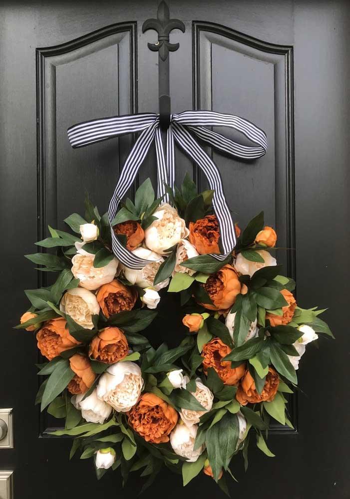 Guirlanda de natal feita com flores; uma inspiração delicada e elegante para a decoração