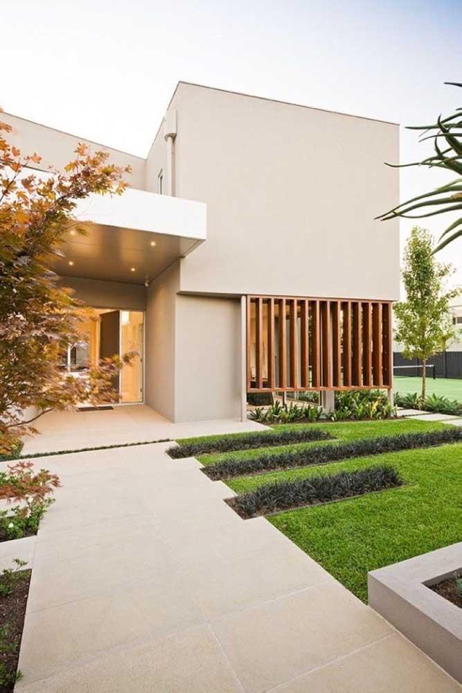 Modelo de jardim simples para casas modernas: apenas um gramado bem cuidado na entrada da casa