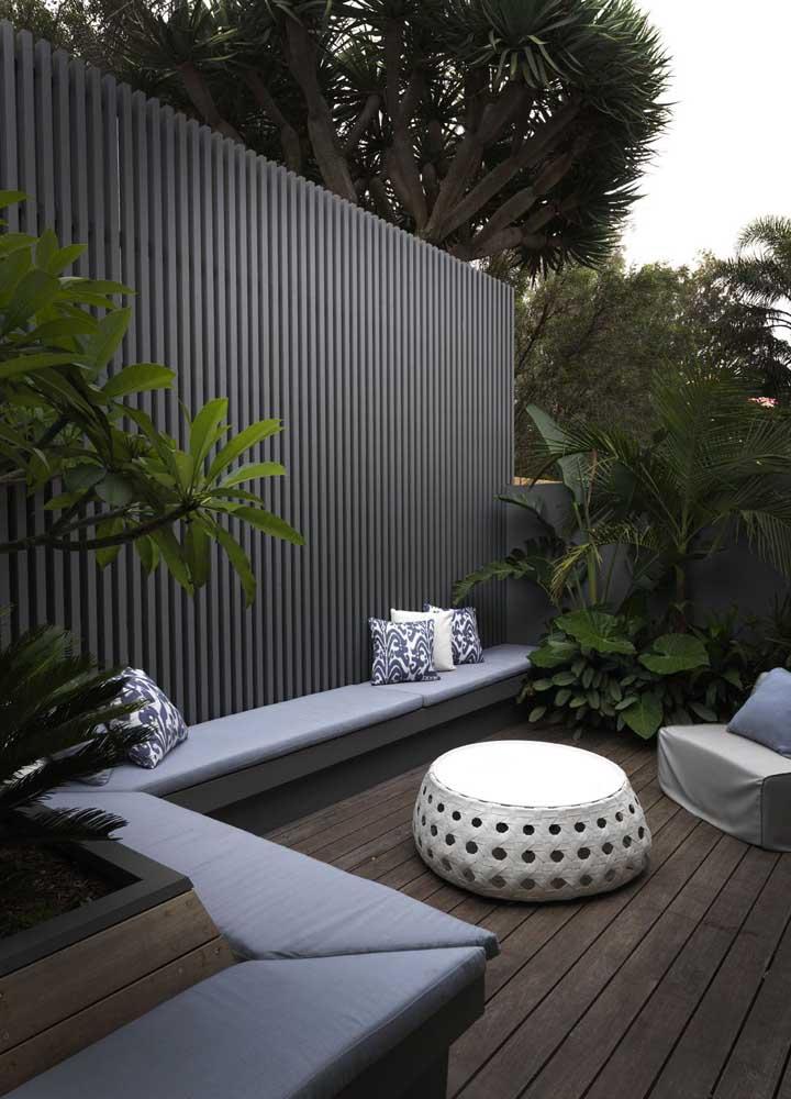 Área externa elegante com um jardim pequeno e simples; repare na composição das plantas, as maiores ficam ao fundo e as menores na frente