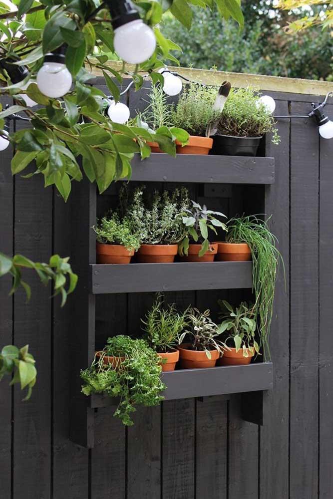 Com algumas ripas de madeira você cria um jardim simples, como esse da imagem; muito fácil de fazer