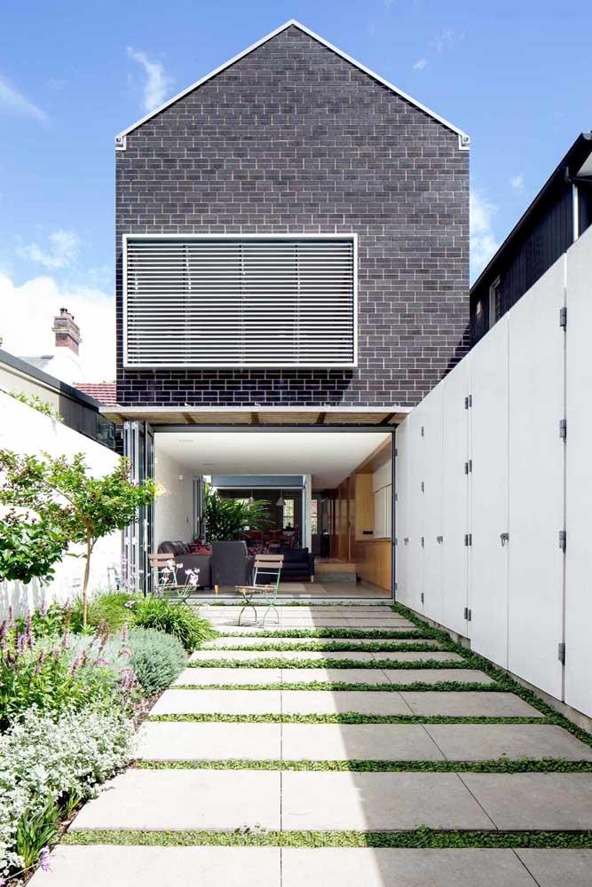Com organização e planejamento é possível criar um jardim simples e bonito, como esse da imagem, que ainda divide espaço com a garagem