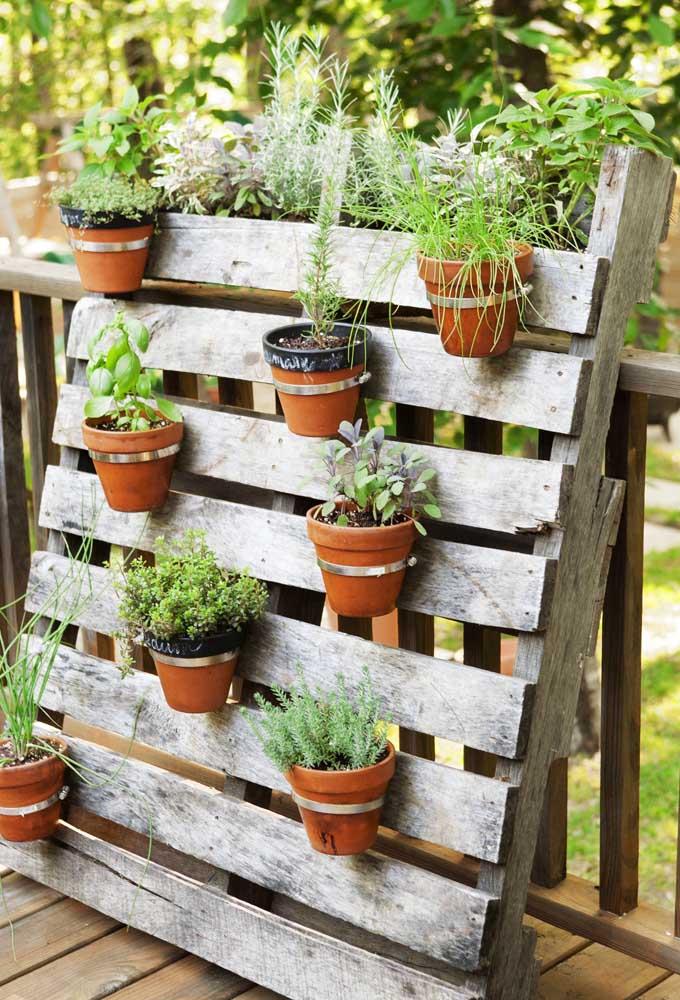 Um pallet e alguns vasinhos de barro e eis que está pronto o jardim mais simples do mundo