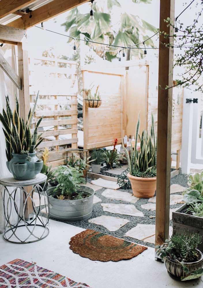 Um jardim simples, mas com um ar acolhedor e super convidativo