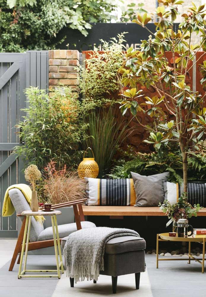 O jardim pode até ser pequeno, mas o espaço criado ao redor é capaz de receber a quem chegar com muito conforto e beleza