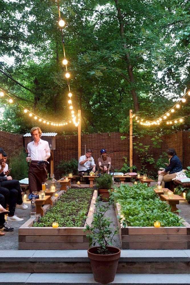 A escolha aqui foi por uma horta ao invés de jardim; para finalizar o projeto, o varal de lâmpadas